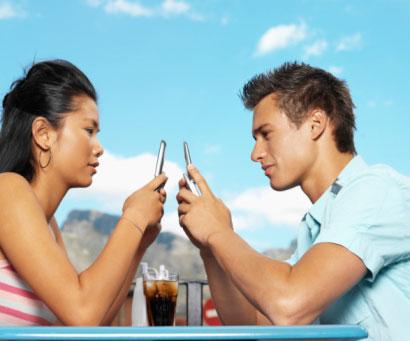 texting-couple